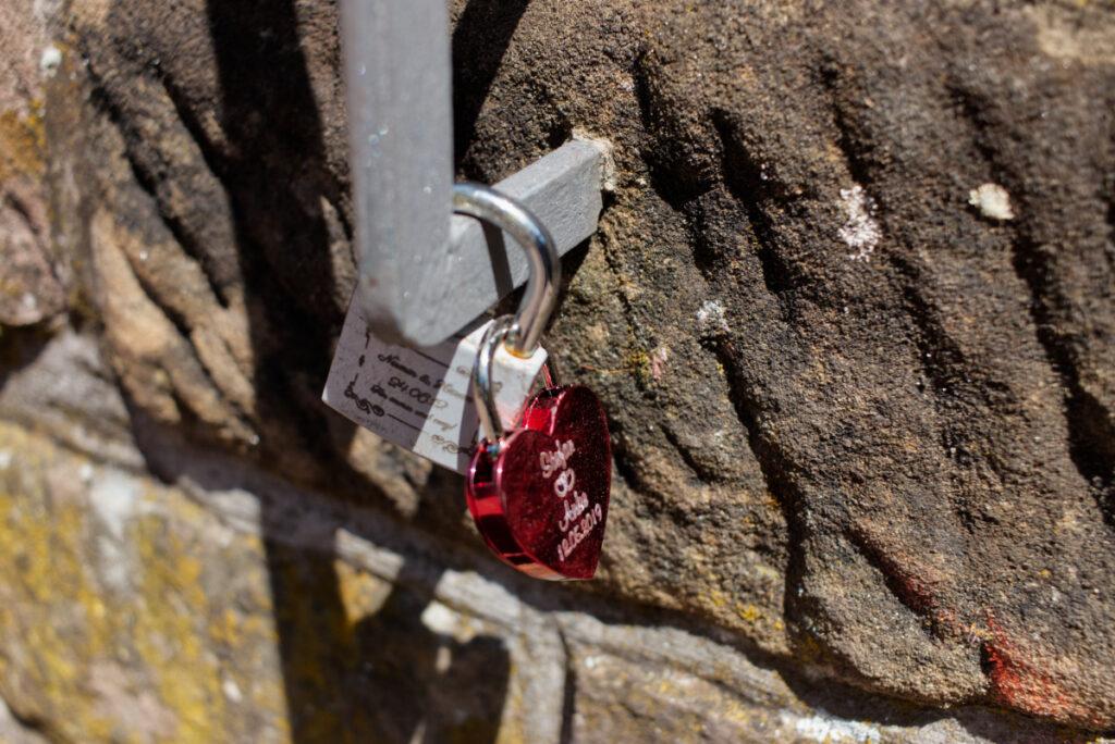 Liebesschlösser an der Schlossmauer